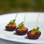 Poire pochée au vin rouge, mendiant aux fruits moelleux